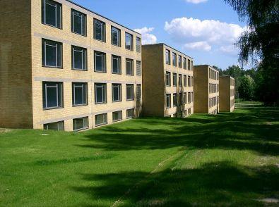 1024px-Bernau_bei_Berlin_ADGB_Schule_Wohntrakte_vorne